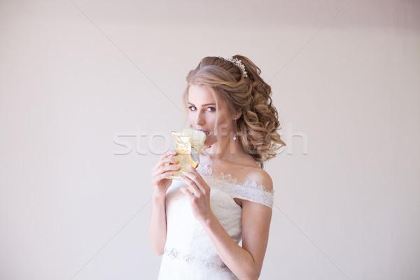 Menyasszony esküvői ruha tart csokoládé kezek virág Stock fotó © dmitriisimakov
