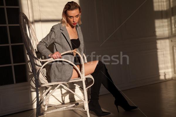 De moda mujer rubia silla nina cara sexy Foto stock © dmitriisimakov