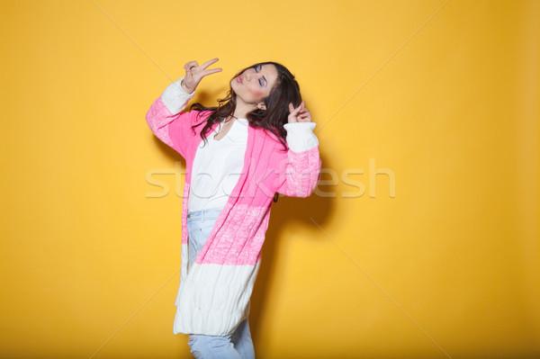 Hermosa niña ropa manos ambos Foto stock © dmitriisimakov
