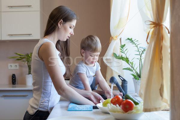 Cozinha mamãe filho lavar frutas legumes Foto stock © dmitriisimakov