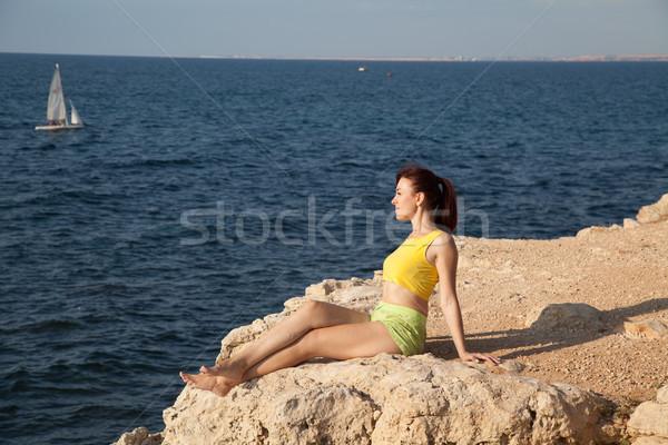 Fille engagé yoga falaise mer femmes Photo stock © dmitriisimakov