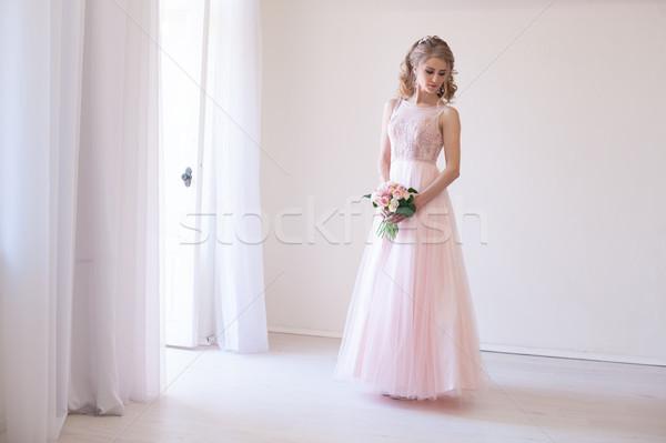 Menyasszony rózsaszín esküvői ruha virágcsokor virágok gyönyörű Stock fotó © dmitriisimakov