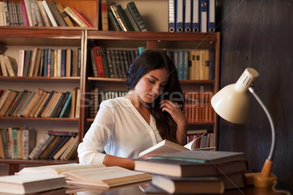 Dziewczyna posiedzenia tabeli czytania książki egzamin Zdjęcia stock © dmitriisimakov