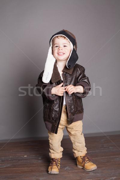 Foto stock: Pequeno · menino · piloto · mão · verão