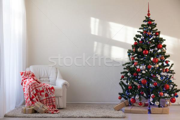Foto stock: árvore · de · natal · natal · presentes · branco · ouvir · escritório
