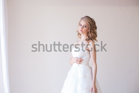 Stockfoto: Mooie · bruid · poseren · bruiloft · kapsel · jurk