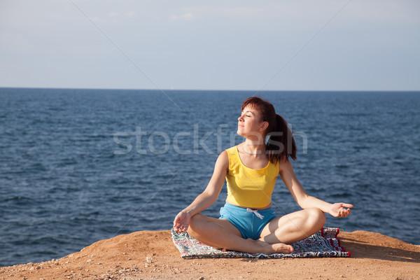 девушки занято йога утес морем женщины Сток-фото © dmitriisimakov