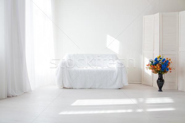 Lakberendezés fehér szoba kanapé virágok váza Stock fotó © dmitriisimakov