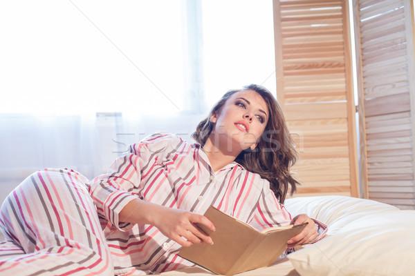 Meisje pyjama bed lezing boek omhoog Stockfoto © dmitriisimakov