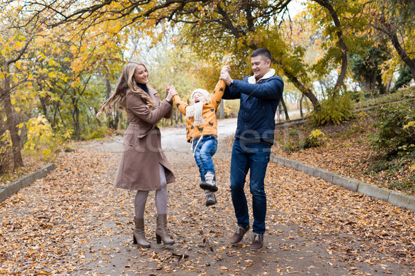 семьи молодые сын ходьбы парка осень Сток-фото © dmitriisimakov