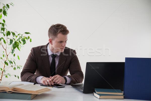 ストックフォト: 男 · ビジネス · スーツ · コンピュータ · 図書 · オフィス