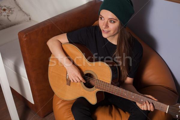 Mujer jugando guitarra cantando música Foto stock © dmitroza