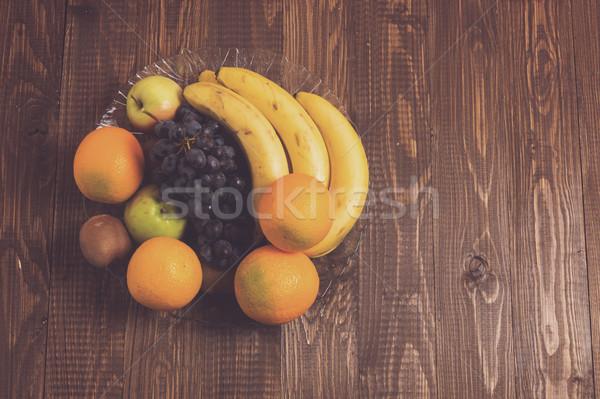 Uvas laranjas bananas kiwi maçãs prato Foto stock © dmitroza