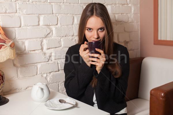 Kobieta pitnej herbaty młoda kobieta Kafejka tutaj Zdjęcia stock © dmitroza