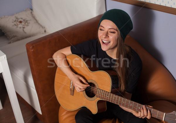 Vrouw spelen gitaar zingen muziek Stockfoto © dmitroza