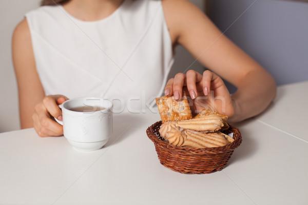 Vrouw cookies thee eten drinken hot Stockfoto © dmitroza