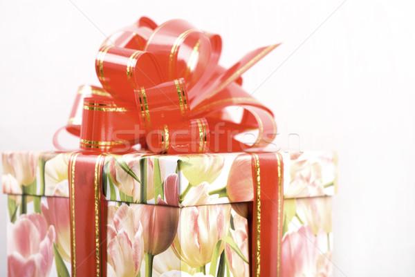 Vermelho caixa de presente arco branco flor aniversário Foto stock © dmitroza