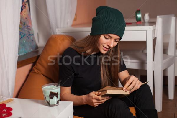 Mulher livro leitura potável chá café Foto stock © dmitroza