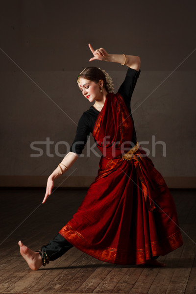 Danse jeune femme danse classique traditionnel indian Photo stock © dmitry_rukhlenko