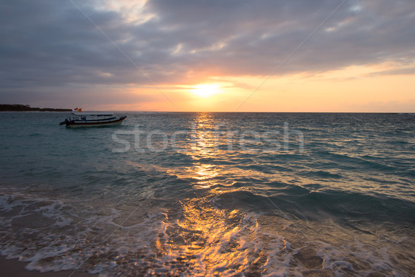 Oceaan boot tropische zonsopgang strand Stockfoto © dmitry_rukhlenko
