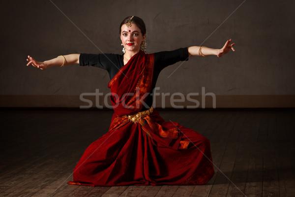 Danse jeune femme danse classique traditionnel indian Photo stock © dmitry_rukhlenko