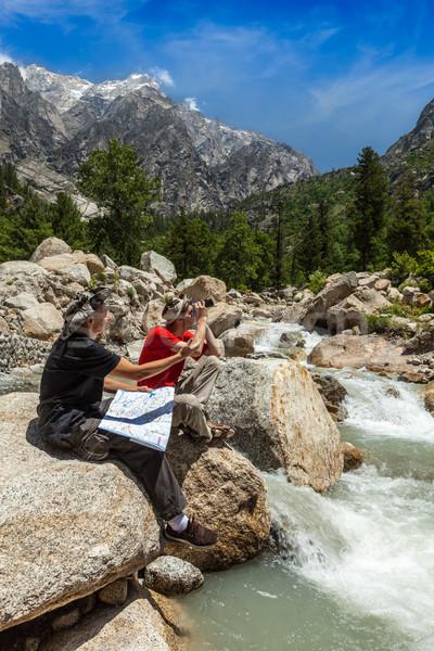 Randonneurs carte randonneur lire trekking himalaya Photo stock © dmitry_rukhlenko