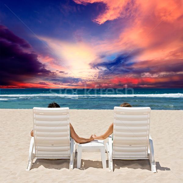 Luna de miel Pareja disfrutar océano puesta de sol tomados de las manos Foto stock © dmitry_rukhlenko