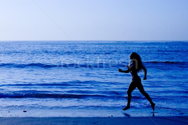 Egészséges élet sportos nő fut tengerpart reggel Stock fotó © dmitry_rukhlenko