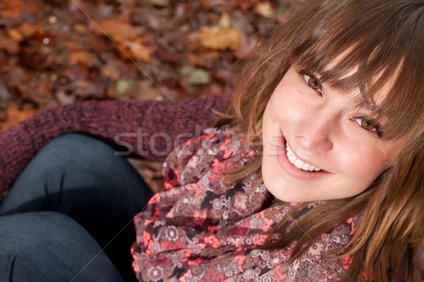 Gülen kız sonbahar zemin genç kadın soğuk Stok fotoğraf © DNF-Style