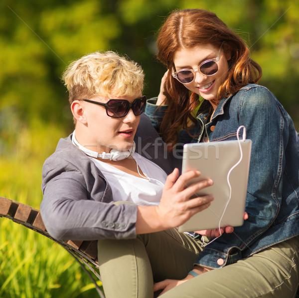 Diákok tinédzserek táblagép számítógép nyár internet Stock fotó © dolgachov