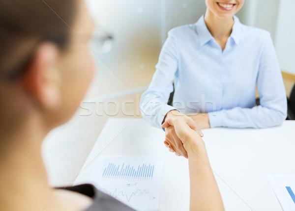 Due sorridere imprenditrice stringe la mano ufficio business Foto d'archivio © dolgachov