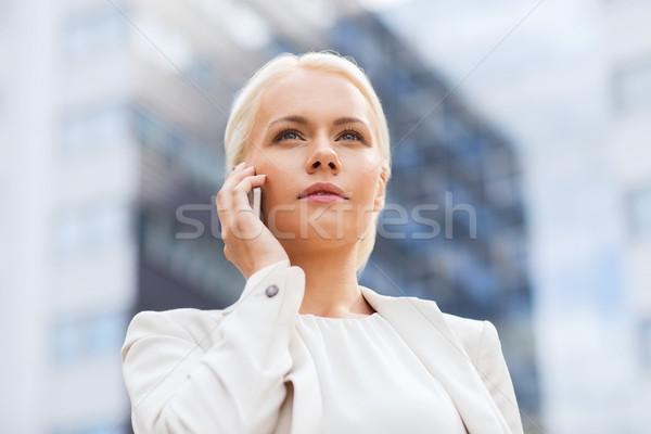 Sérieux femme d'affaires smartphone extérieur affaires technologie Photo stock © dolgachov