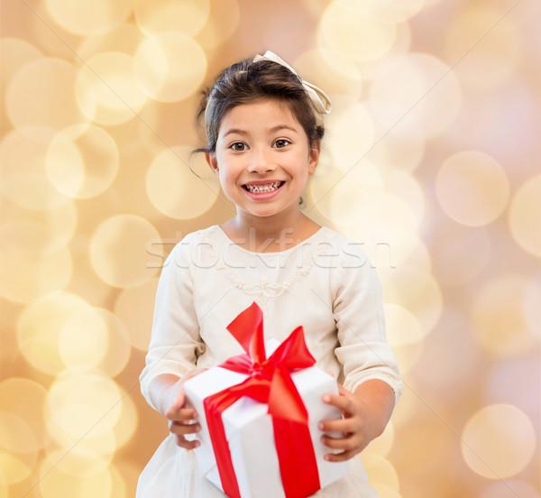 Gülen küçük kız hediye kutusu tatil hediyeler Noel Stok fotoğraf © dolgachov