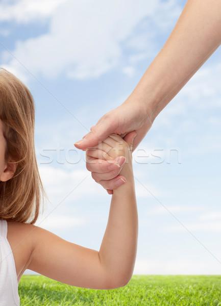 Frau kleines Mädchen Hand in Hand Menschen Nächstenliebe Stock foto © dolgachov