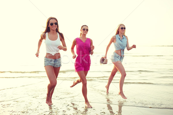 Grupo sorridente mulheres corrida praia férias de verão Foto stock © dolgachov