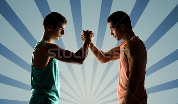 Twee jonge mannen arm worstelen sport concurrentie sterkte Stockfoto © dolgachov