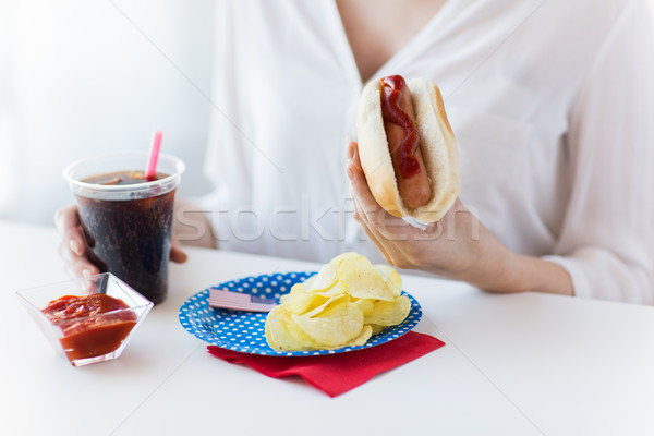 Kadın yeme sosisli sandviç coca cola amerikan Stok fotoğraf © dolgachov