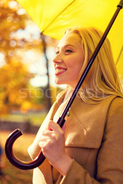 Stock foto: Lächelnde · Frau · Dach · Herbst · Park · Jahreszeit · Glück