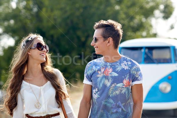 Glimlachend jonge hippie paar auto Stockfoto © dolgachov