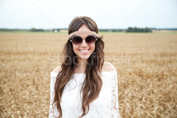 Glimlachend jonge hippie vrouw granen veld Stockfoto © dolgachov