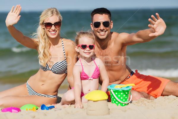 Familia feliz arena juguetes manos playa Foto stock © dolgachov