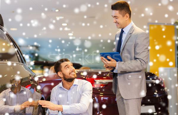 Feliz homem revendedor de automóveis automático mostrar salão Foto stock © dolgachov