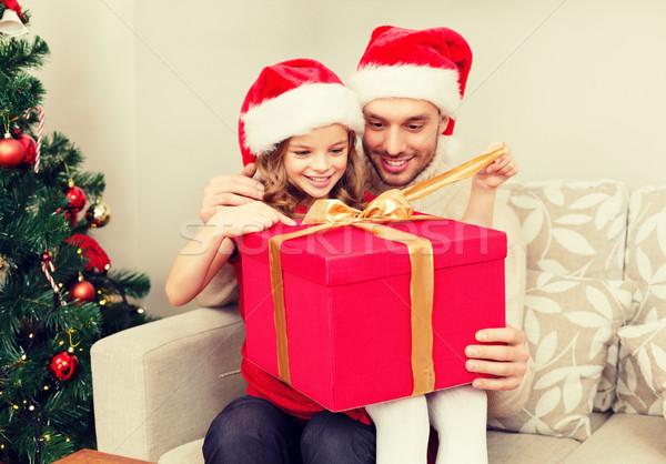 Glimlachend vader dochter opening geschenkdoos familie Stockfoto © dolgachov