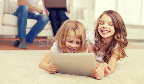 Foto stock: Sonriendo · hermana · padres · atrás · familia