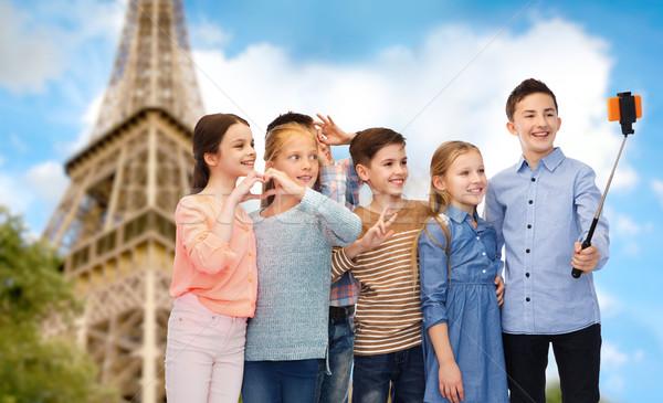 Gyerekek okostelefon bot Eiffel-torony gyermekkor utazás Stock fotó © dolgachov