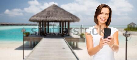 Mosolyog fiatal nő elvesz okostelefon életstílus szabadidő Stock fotó © dolgachov