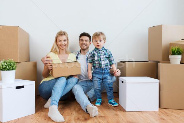 Famille heureuse cases déplacement nouvelle maison hypothèque personnes Photo stock © dolgachov
