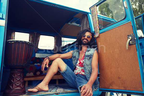 Sonriendo jóvenes hippie hombre coche Foto stock © dolgachov