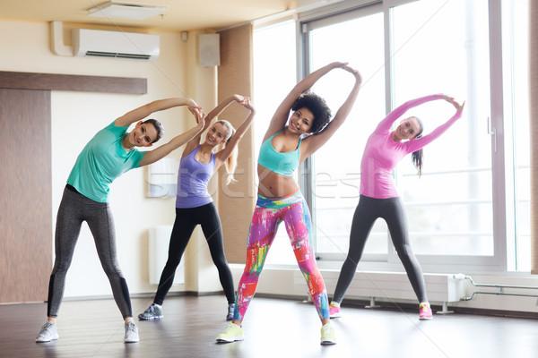 Csoport boldog nők edz tornaterem fitnessz Stock fotó © dolgachov
