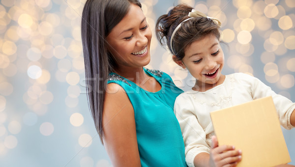 Gelukkig moeder kind meisje geschenkdoos christmas Stockfoto © dolgachov